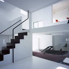IT 愛車を眺められるスキップフロアの家: 山縣洋建築設計事務所が手掛けたフローリングです。