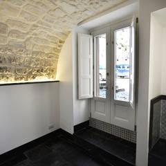 casa chebi - residenza in centro storico: Ingresso & Corridoio in stile  di Arch. Francesca Timperanza