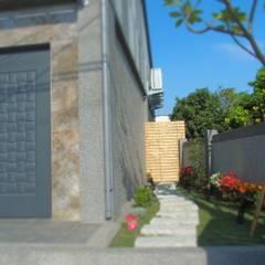 Jardines en la fachada de estilo  por 懷謙建設有限公司