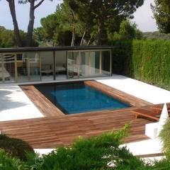 Jardín con piscina: Piscinas de jardín de estilo  de Imma Carner Arquitectura Interior