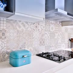Azulejos en la pared de la cocina: Módulos de cocina de estilo  de Isabel Gomez Interiors