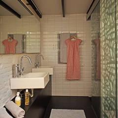 LOFT DE ESTILO NÓRDICO - INDUSTRIAL EN EL BARRIO DE GRACIA DE BARCELONA. Proyecto de interiorismo para transformar una planta baja de 67m2 en un loft.: Baños de estilo  de CREAPROJECTS