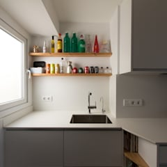 VIVIENDA EN BARCELONA Proyecto de Interiorismo integral, para rehacer el programa completo de necesidades y rentabilizar al máximo el espacio: Cocinas integrales de estilo  de CREAPROJECTS