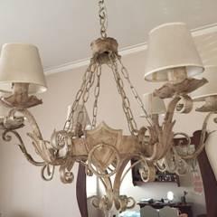 Antigua araña renovada: Livings de estilo  por ANADECO - Decoradora y Diseñadora de Interiores - La Plata