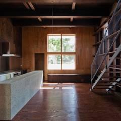 リビング: 一級建築士事務所 Coo Planningが手掛けたリビングです。