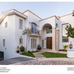 Fachada con detalles en cantera: Casas de estilo  por René Flores Photography