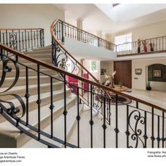 Escalera de caracol: Escaleras de estilo  por René Flores Photography