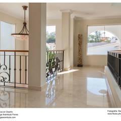 Pasillo principal de planta alta: Pasillos y recibidores de estilo  por René Flores Photography