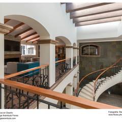 Vista desde planta alta: Pasillos y recibidores de estilo  por René Flores Photography