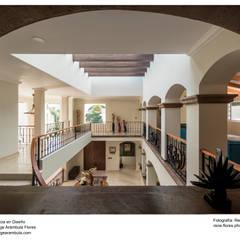 Vista al recibidor desde planta alta: Pasillos y recibidores de estilo  por René Flores Photography