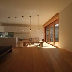 Livings de estilo  por ポーラスターデザイン一級建築士事務所,