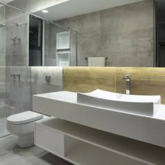 Casa J.C.: Banheiros modernos por Rosset Arquitetura