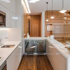 Elegância compacta: Cozinhas embutidas  por FABRI