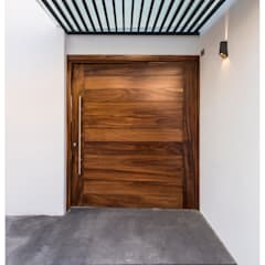 Puertas de entrada de estilo  por Excelencia en Diseño