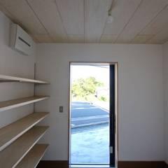 箕面の家 / 箕面市 三角敷地の店舗付き住宅: 一級建築士事務所 Coo Planningが手掛けた廊下 & 玄関です。