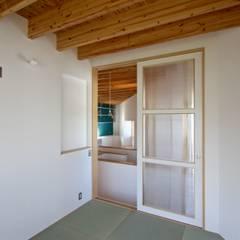 箕面の家 / 箕面市 三角敷地の店舗付き住宅: 一級建築士事務所 Coo Planningが手掛けた寝室です。