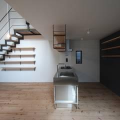 天神橋の家 / 大阪市 屋上テラスのある都市型3階建て住宅: 一級建築士事務所 Coo Planningが手掛けたリビングです。