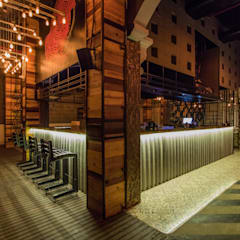 TIC TAC TOE:  Bars & clubs by Studio Interiors Infra Height Pvt Ltd
