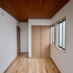 住吉の住宅 / 大阪市 既存建替え 木造2階建て住宅: 一級建築士事務所 Coo Planningが手掛けた寝室です。