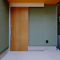 阿倍野の住宅 / 狭小間口の3階建て住宅: 一級建築士事務所 Coo Planningが手掛けた廊下 & 玄関です。