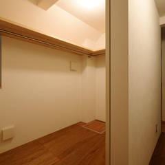 1階ウォークインクローゼット: 一級建築士事務所 Coo Planningが手掛けたウォークインクローゼットです。