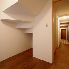 阿倍野の住宅 / 狭小間口の3階建て住宅: 一級建築士事務所 Coo Planningが手掛けた寝室です。