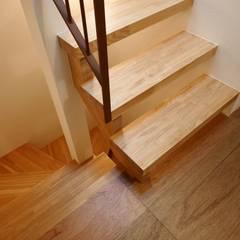 2階階段: 一級建築士事務所 Coo Planningが手掛けた階段です。