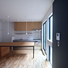 三国の住宅 / 大阪市淀川区 木造3階建て住宅: 一級建築士事務所 Coo Planningが手掛けたリビングです。