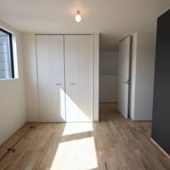 三国の住宅 / 大阪市淀川区 木造3階建て住宅: 一級建築士事務所 Coo Planningが手掛けた寝室です。