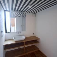 3階洗面.脱衣室: 一級建築士事務所 Coo Planningが手掛けた浴室です。