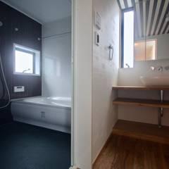3階洗面.浴室: 一級建築士事務所 Coo Planningが手掛けた浴室です。