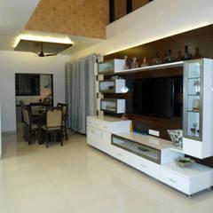 Living room by Vangikar Architects,