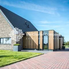 Eigentijdse villa in het buitengebied: landelijke Huizen door Architectenbureau The Citadel Company