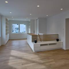 Treppenaufgang geschicht in Szene gesetzt :  Treppe von Koitka Innenausbau GmbH