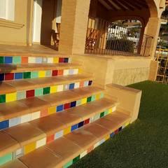 Terraza con baldosas de barro estilo rústico.: Terrazas de estilo  de CONSTRUCCIONS VICTOR IVARS IVARS