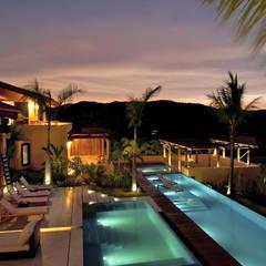 https://www.fotodearquitectura.com.mx/es/fotografia-de-hoteleria-en-puerto-vallarta-y-riviera-nayarit/: Terrazas de estilo  por foto de arquitectura