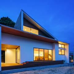 haus-agit 外観夜景: 一級建築士事務所hausが手掛けた一戸建て住宅です。