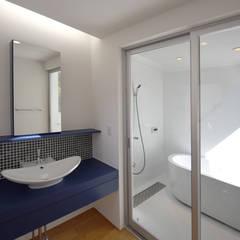 広がりを生む洗面&浴室: BDA.T / ボーダレスドローが手掛けた浴室です。