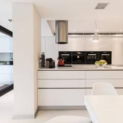 RAUVISIO brilliant - kolor Bianco: styl , w kategorii Aneks kuchenny zaprojektowany przez REHAU Polska
