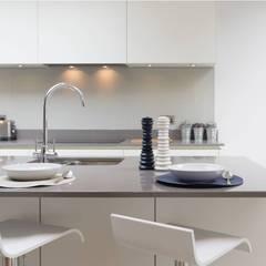 RAUVISIO brilliant mat - kolor Meringa: styl , w kategorii Aneks kuchenny zaprojektowany przez REHAU Polska