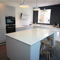 Handleless Grey Gloss Kitchen:  Built-in kitchens by Ream Interiors