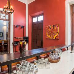 Casa tres dragones: Pasillos y recibidores de estilo  por Taller Estilo Arquitectura