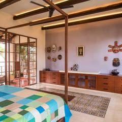 Casa tres dragones: Recámaras de estilo colonial por Taller Estilo Arquitectura