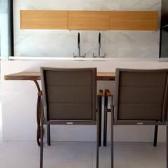 PAULA MARTINS ARQUITETURA, INTERIORES E DETALHAMENTOが手掛けたキッチン収納,