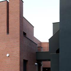 Single family home by 인문학적인집짓기, Modern Bricks