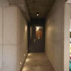 Corridor & hallway by 인문학적인집짓기, Modern Concrete