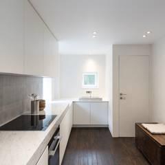 Küchenzeile von Lola Cwikowski Interior Design Studio