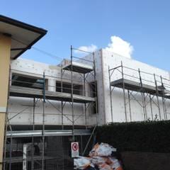 vista del ponte che collega la ristrutturazione all'originario edificio residenziale: Villa a schiera in stile  di studio arch sara baggio
