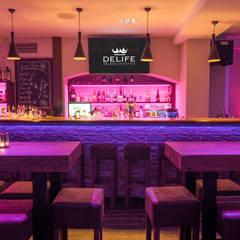 Sonderanfertigung Tresen mit Baumkante im Chicas:  Bars & Clubs von DELIFE