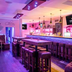 Bartische aus der Möbelserie Blokk:  Bars & Clubs von DELIFE